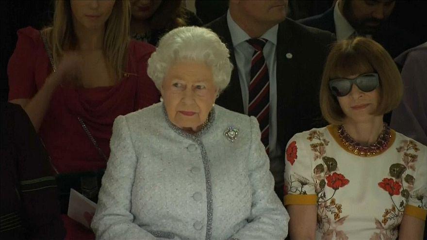 Londra: la prima volta della regina alla Fashion Week