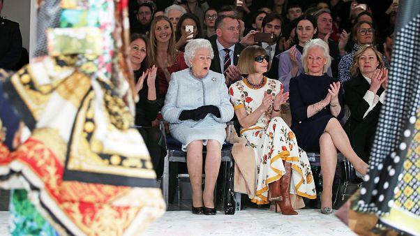 Στην πασαρέλα η βασίλισσα Ελισάβετ!