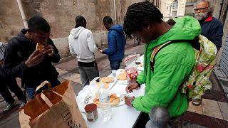 متطوعون وجمعيات نوزع الطعام على المهاجرين بمدينة مرسيليا جنوب فرنسا