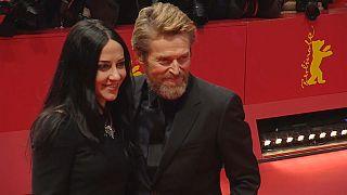Wilem Dafoe e la moglie sul tappeto rosso al Festival del cinema di Berlino