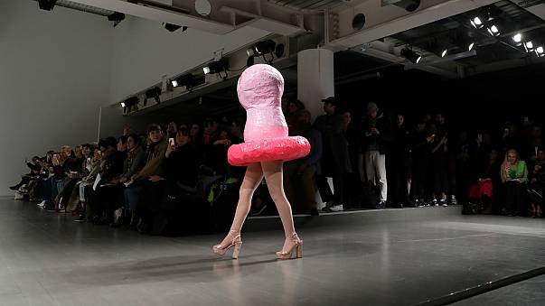 Londra Moda Haftası'nda 'prezervatif' tasarımlar öne çıktı