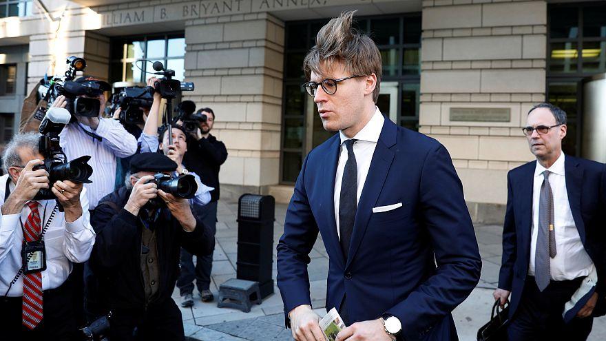 Alex van der Zwaan à saída do edifício do FBI em Washington