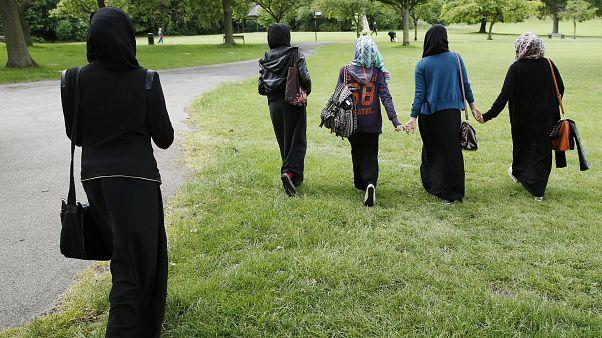 Schleier vom Kopf gerissen: Frau in Burka in Berlin angegriffen
