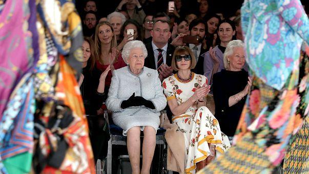 La reina Isabel II y Anna Wintour, juntas en un desfile