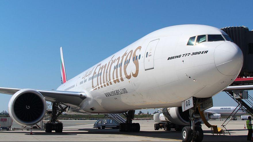 لماذا طرد طيران الإمارات مسافرة بريطانية من على متن رحلة متجهة لدبي؟
