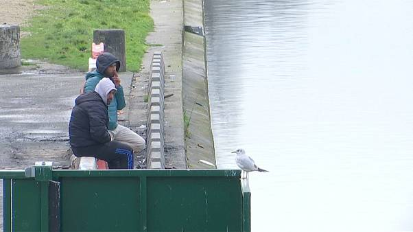 Migranten bewohnen Kanalufer in Paris