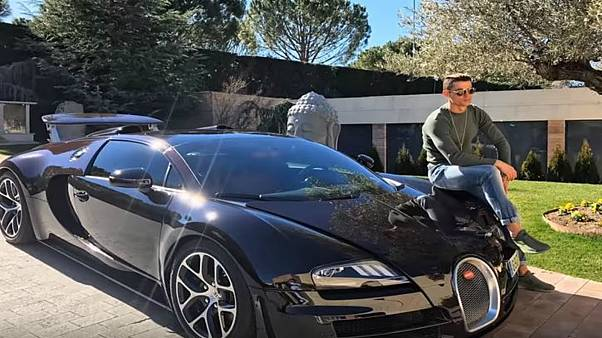 بالصور: أبرز السيارات الفارهة التي يقودها أشهر لاعبي العالم