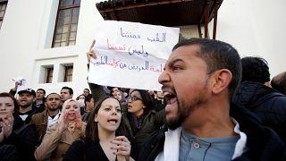إضرابات واحتجاجات المعلمين والأطباء في الجزائر والسلطة تلوّح بخطر الفوضى