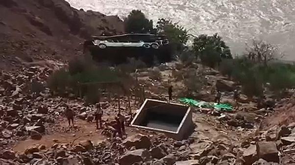44-en haltak meg egy perui buszbalesetben