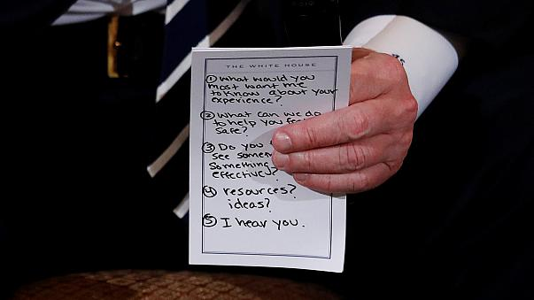 Trump leva notas para se lembrar de ter empatia com vítimas da Florida