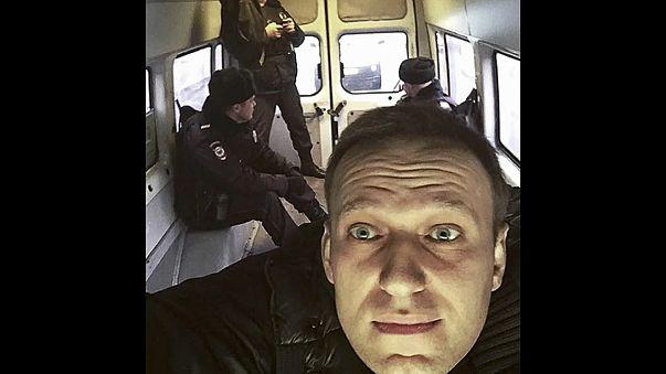 Навального отпустили, Волкова посадили