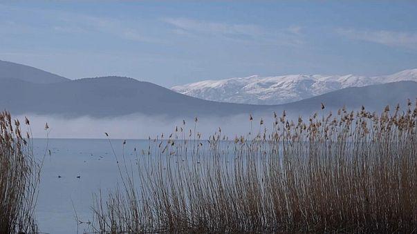 Dans les Balkans, un lac symbolise les tensions