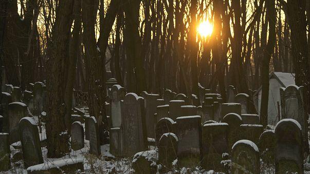 İsrail çalınan bebekleri bulmak için mezarları açıyor