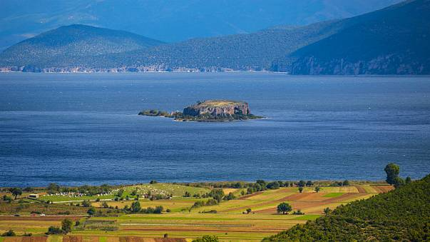 A tó, amely három országhoz tartozik