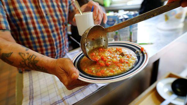 Essensausgabe in einer deutschen Suppenküche