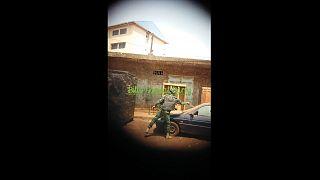 أحد عناصر حفظ النظام في غينيا يخرب سيارة