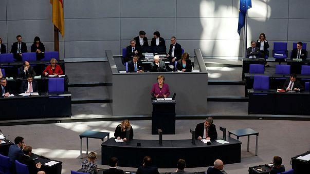آنگلا مرکل، صدر اعظم آلمان در حال سخنرانی در بوندس تاگ