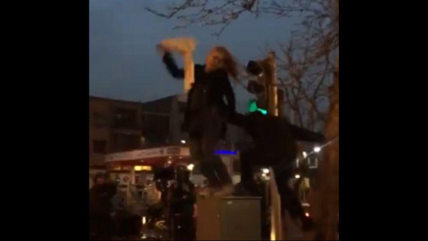 لحظه پرتاب یکی از زنان مخالف حجا اجباری توسط پلیس ایران