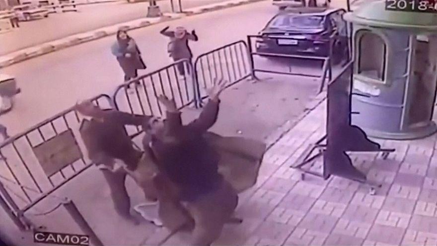 Polícias egípcios salvam criança caída de terceiro andar