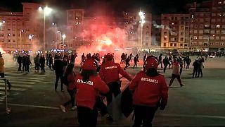 Spagna, scontri tra tifosi per la Europa League. Un agente muore d'infarto