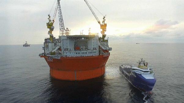 Kıbrıs açıklarında Türk savaş gemisi rotasını sondaj gemisine çevirdi