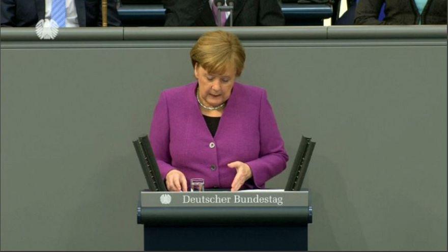 Migranti: Angela Merkel riferisce al Bundestag
