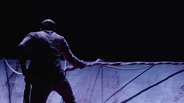 Lo spettacolo di danza di Khan simbolo del dramma dell'immigrazione