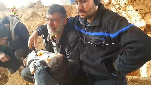 آباء يرثون أبناءهم في غوطة دمشق تحت القصف