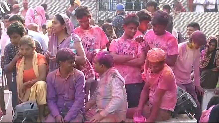"""الهندوس يحتفلون بعيد """"هولي"""""""
