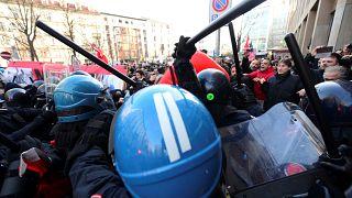 Confrontos entre polícia e manifestantes em Itália