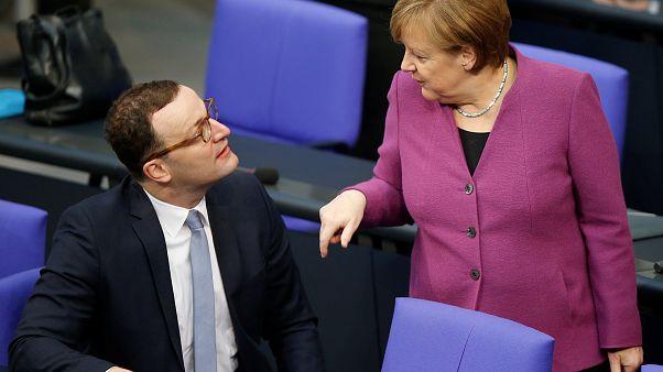 Warum soll Merkel-Kritiker Spahn (37) ins Kabinett?