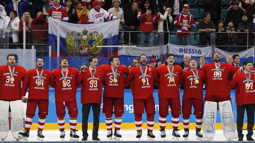 Atletas russos decidem cantar o hino apesar das restrições do Comité