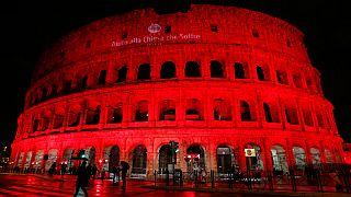 کولوسئوم باستانی رم در همبستگی با زن پاکستانی محکوم به مرگ رنگ خون گرفت