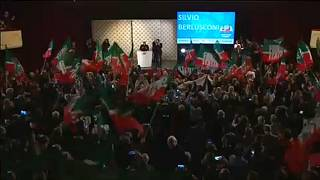 Ováció fogadta Berlusconit egy milánói színházban