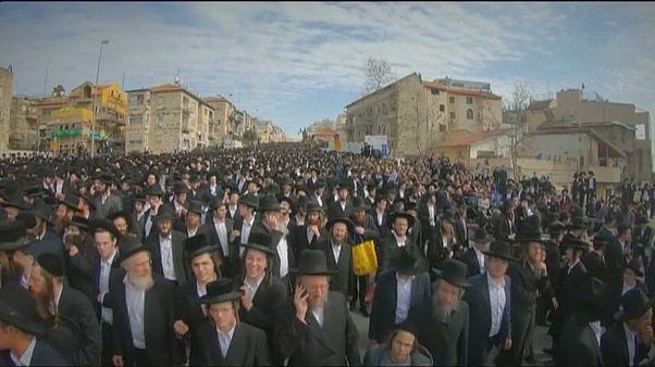 آلاف اليهود المتشددين يتجمعون لوداع أويرباخ أحد أكبر معارضي التجنيد