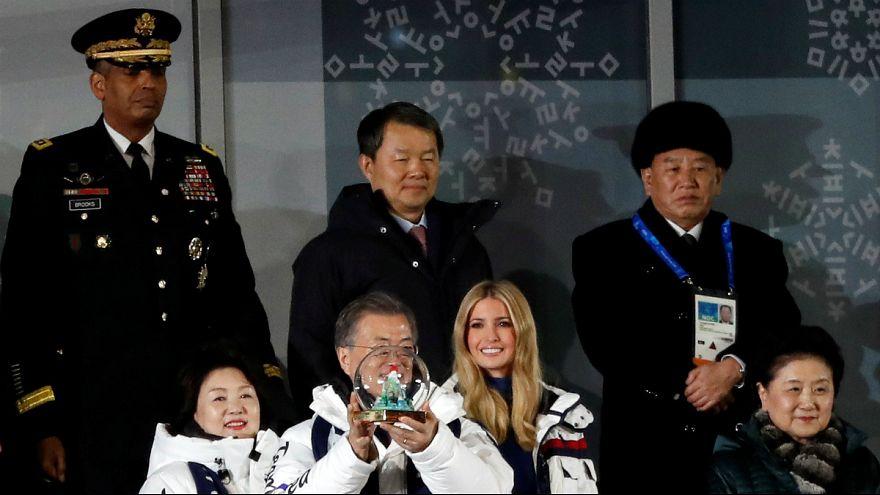 Filha de Donald Trump e general Kim Yong-chol atrás de Moon Jae-in