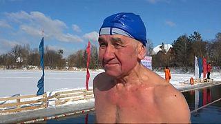 شاهد: منافسات في روسيا للسباحة في برودة تبلغ 10 درجات تحت الصفر