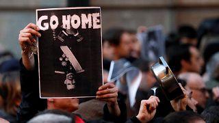 Un manifestante muestra un cartel contra Felipe VI en Barcelona