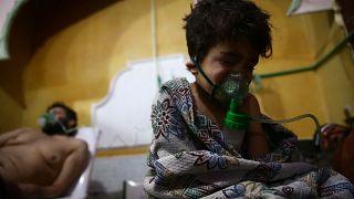 مستشفى ميداني في الغوطة الشرقية لطفل يستنشق الأكسجين