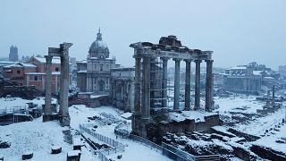 Megbénította a havazás Rómát