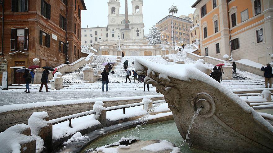 Η Ρώμη «ντύθηκε» στα λευκά – ΒΙΝΤΕΟ και ΦΩΤΟ