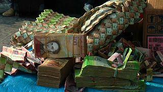 Billetes convertidos en bolsos