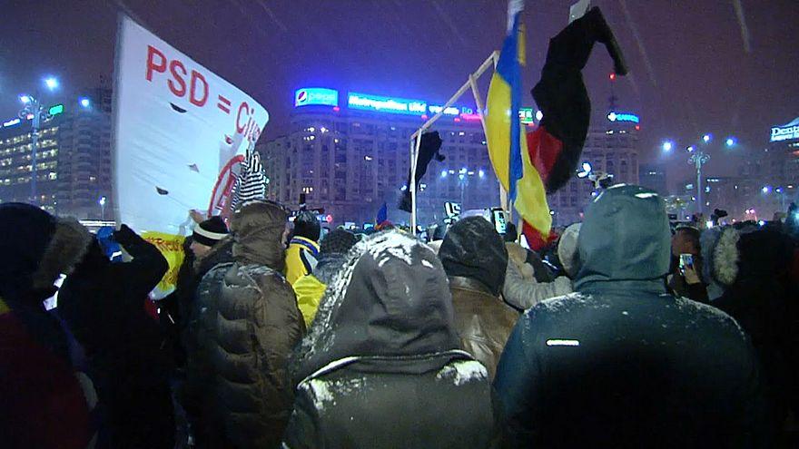 Romanya'da onbinler yolsuzluklara karşı sokakta