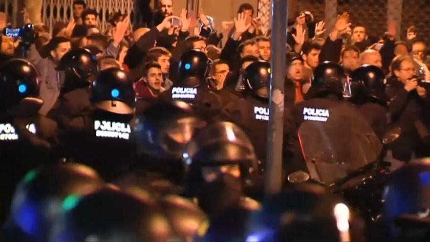 Proteste a Barcellona per l'arrivo del re
