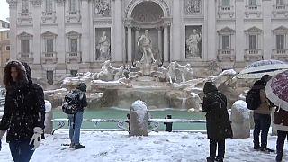 Un manto blanco sorprende a los italianos