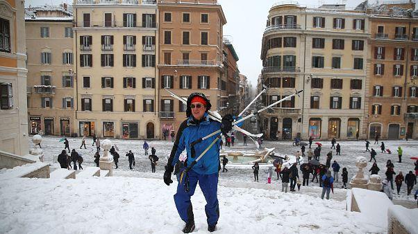Schnee in Rom - einige fahren sogar Ski