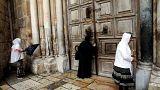 المسيحيون يصلون حول كنسية القيامة بعد غلقها لليوم الثاني