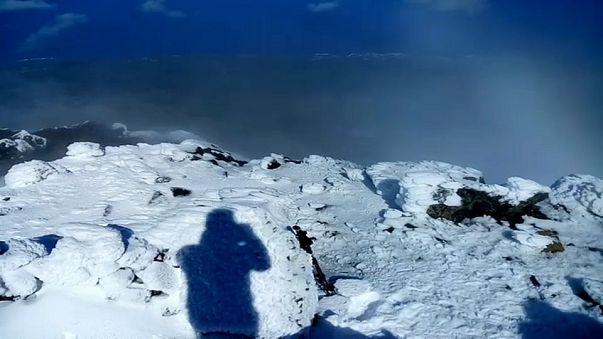 Montanha do Pico com neve: um contraste entre o azul, o verde e o branco