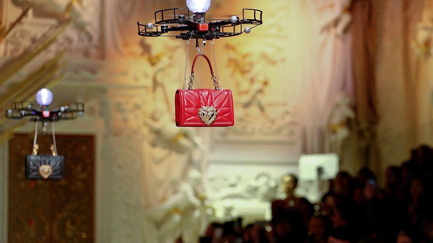 Drone'lar ünlü moda markasının defilesinde boy gösterdi