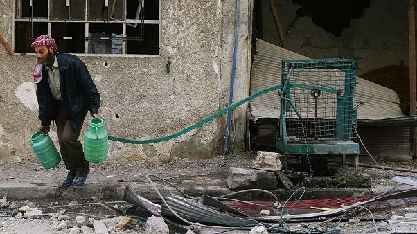 رجل يحمل الماء في دوما بالغوطة الشرقية